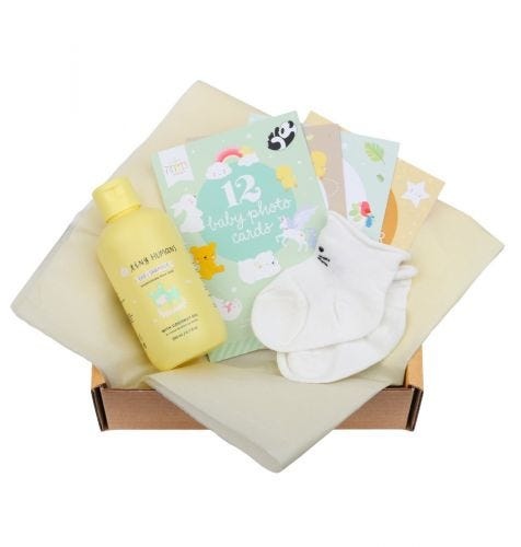Baby gift box with Tiny Humans Baby Shampoo, 12 double-sided Baby photo cards, baby socks (0-3 months)